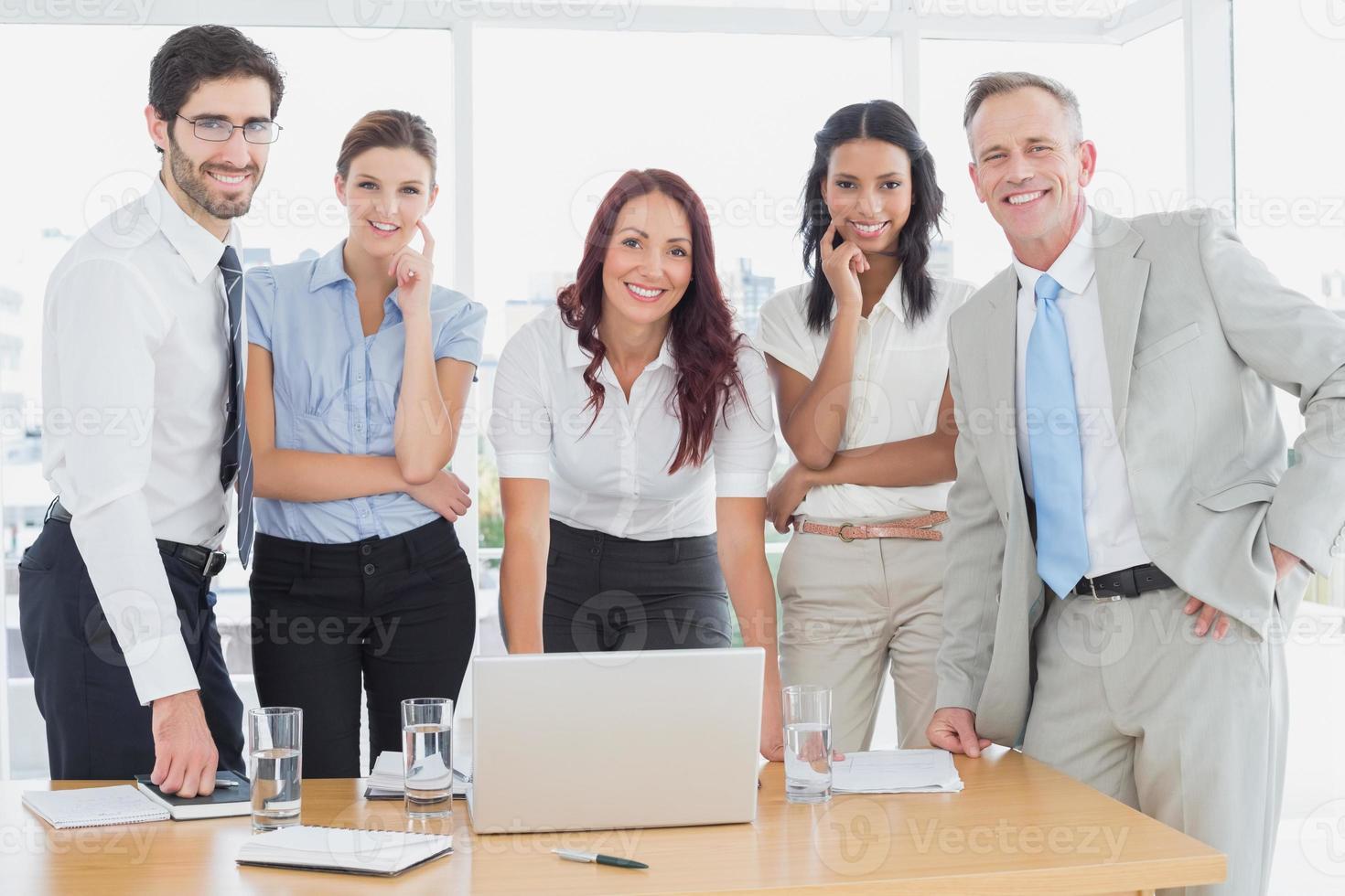 uomini d'affari, sorridendo alla telecamera foto