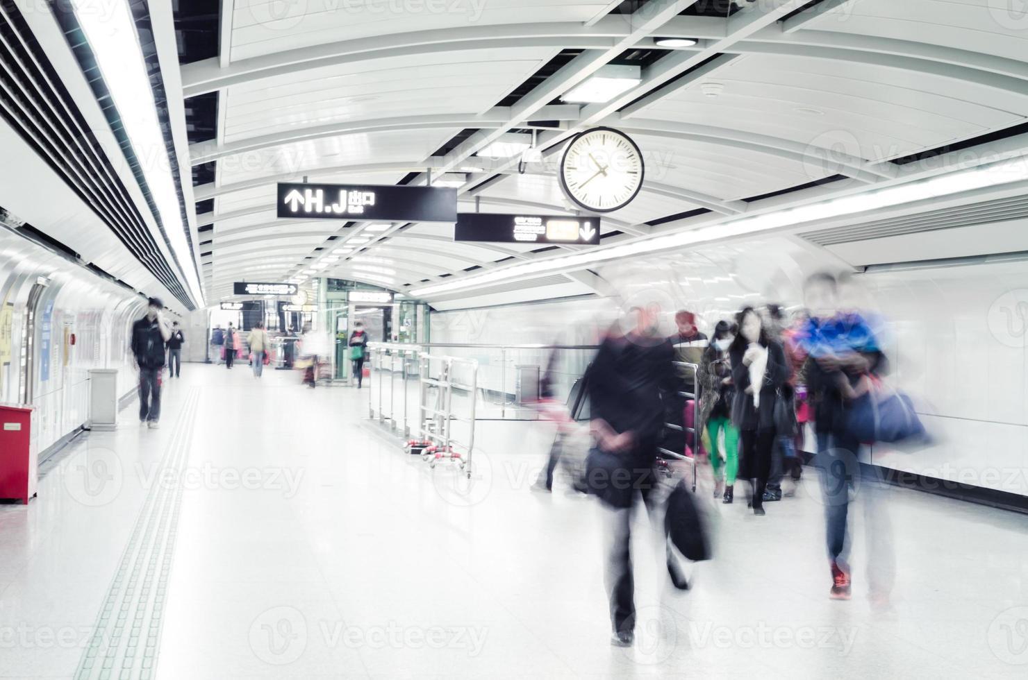 gente di affari folla a piedi alla stazione della metropolitana astratto sfocato mo foto