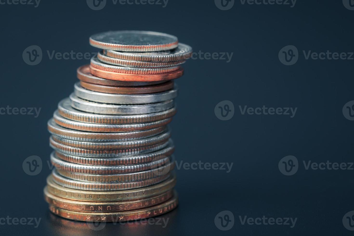gruppo di noi impilamento verticale della moneta americana foto