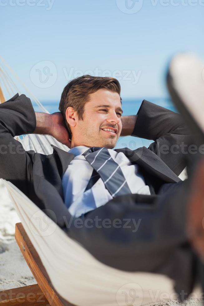 uomo d'affari felice che si trova in amaca foto