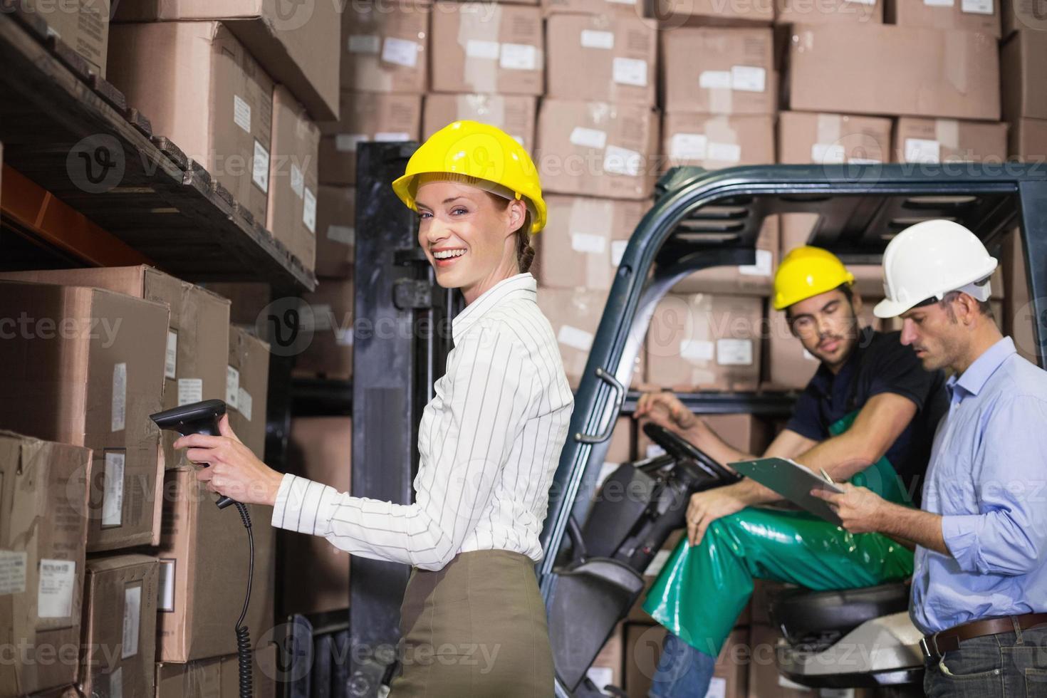 squadra del magazzino che lavora durante il periodo occupato foto