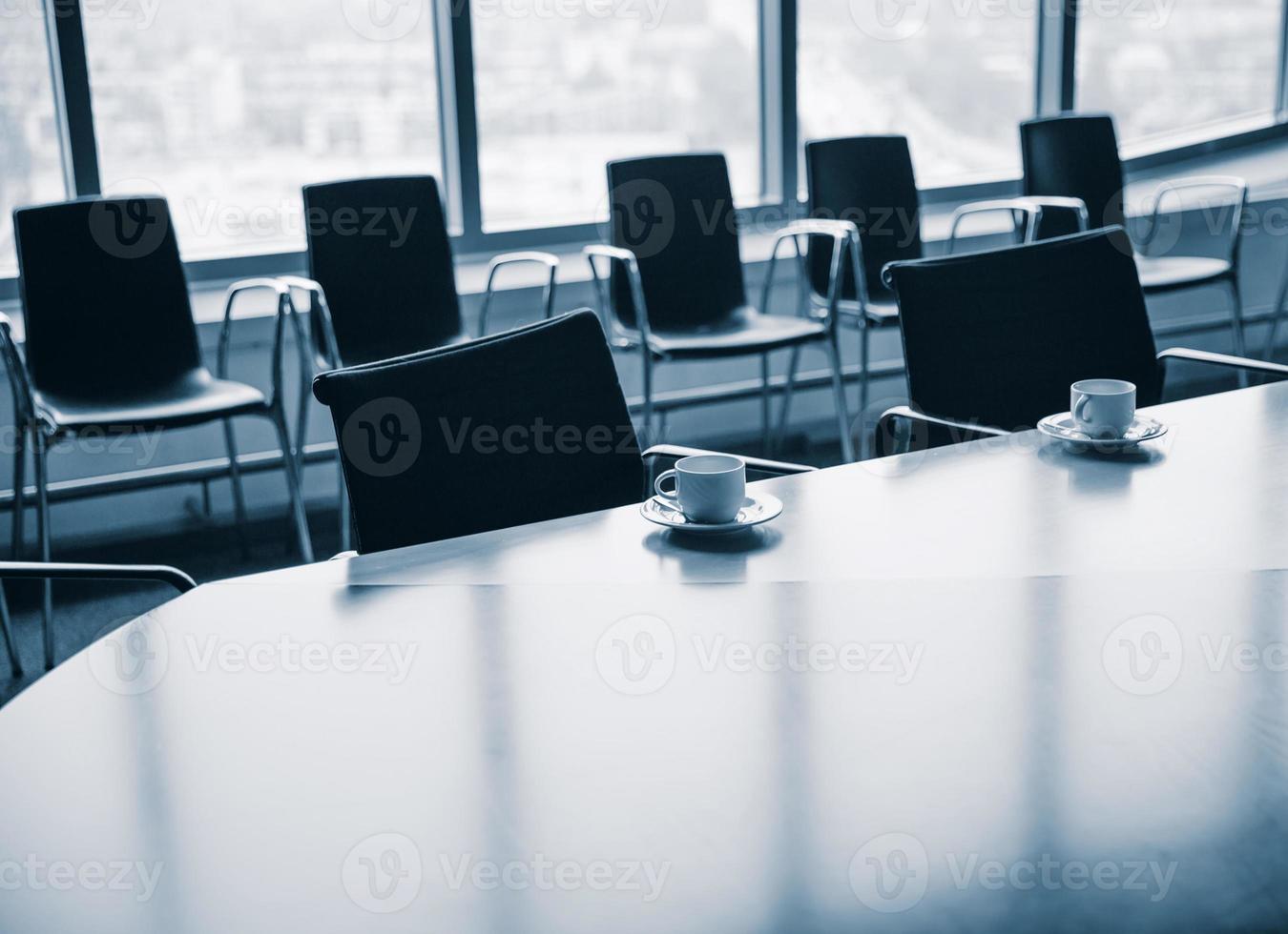 sala riunioni con tazze di caffè foto