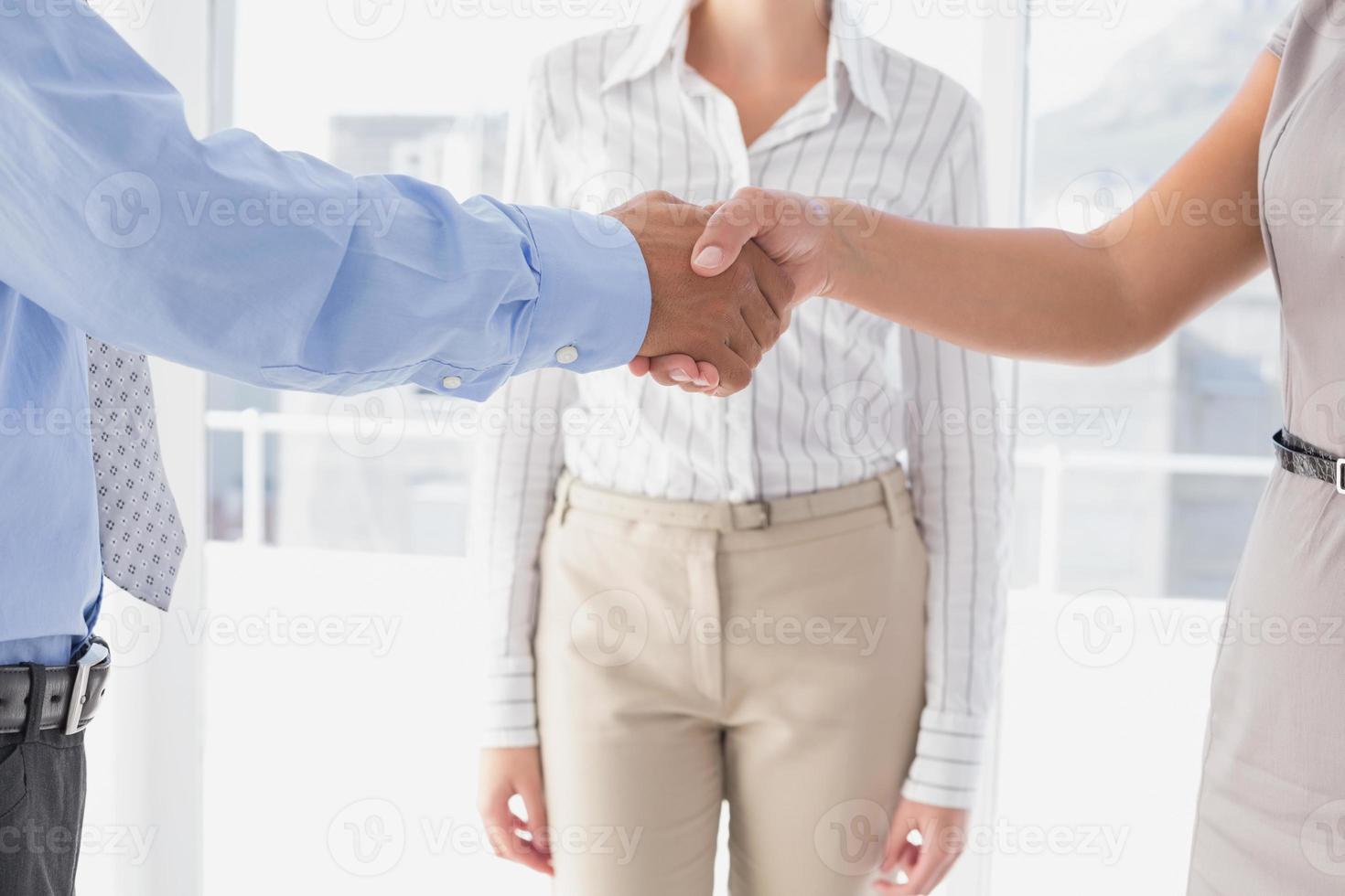uomo d'affari stringe la mano dei colleghi foto