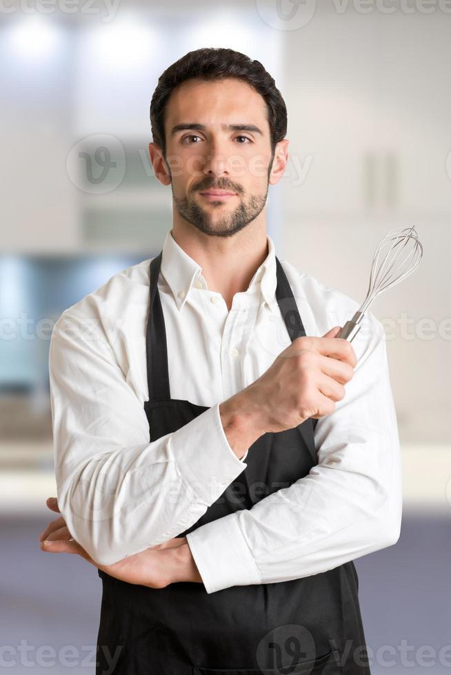 fornello maschio con grembiule sorridente foto