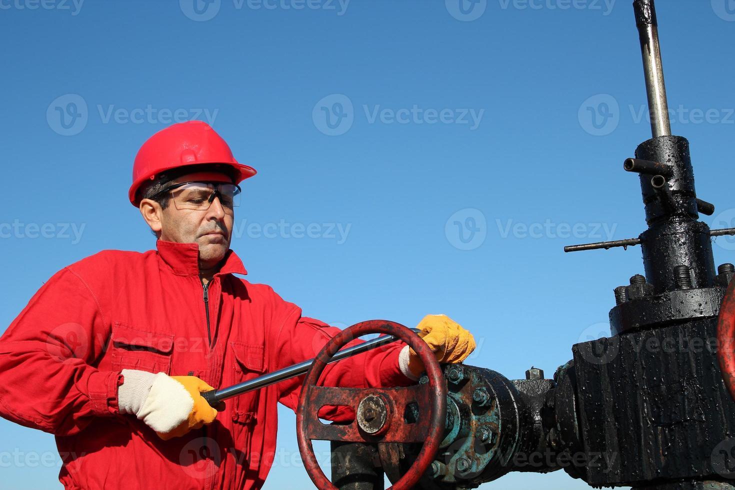 tecnico della valvola della piattaforma petrolifera al lavoro foto