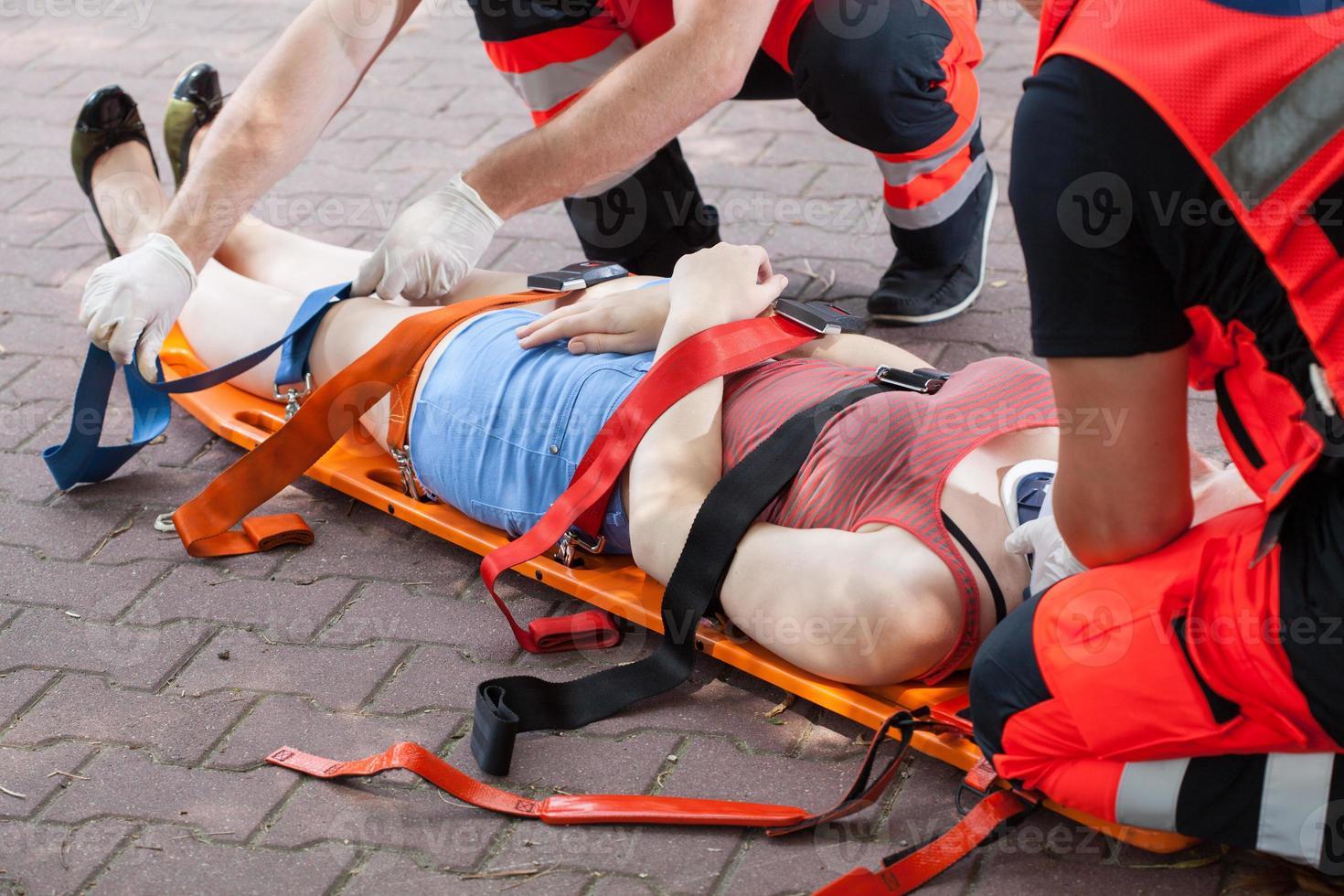 i paramedici che portano la donna in ospedale foto