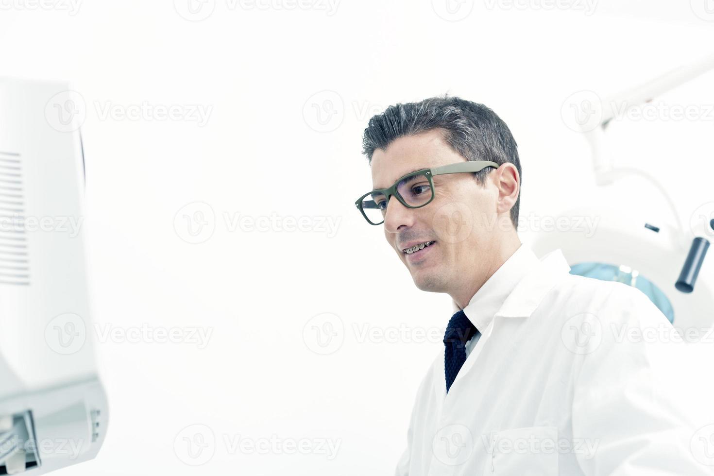 medico guardando il monitor di una macchina ad ultrasuoni foto
