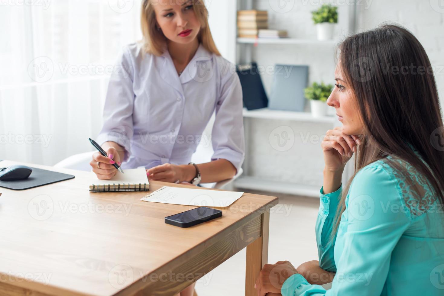 medico spiegando la diagnosi per il suo paziente femminile di assistenza sanitaria e medica foto
