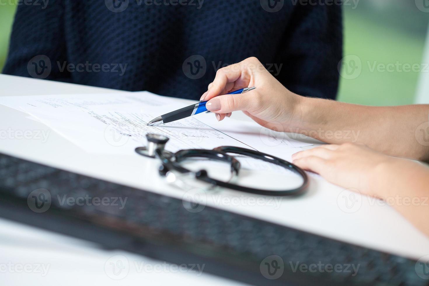 medico che spiega la diagnosi foto