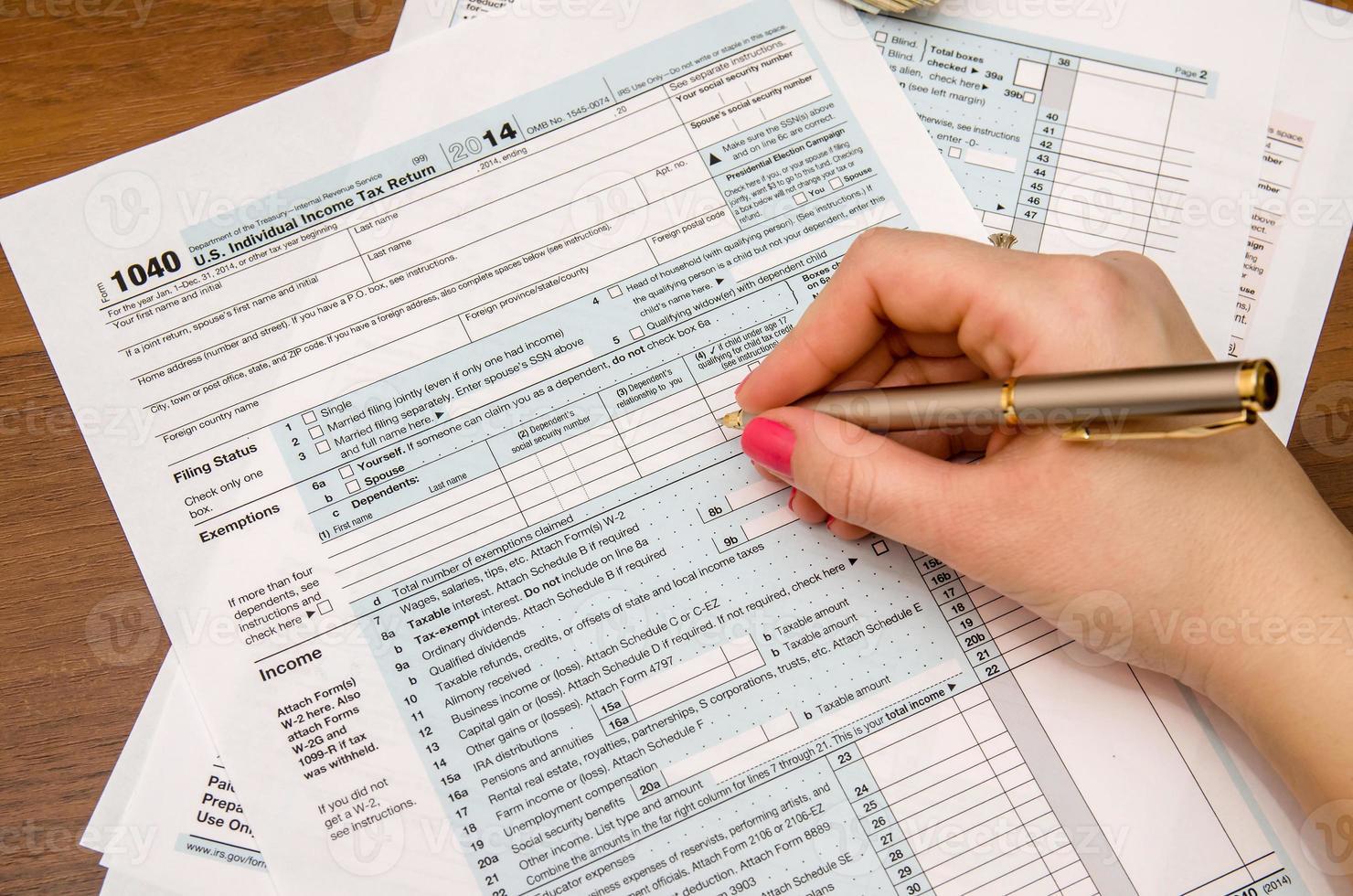moduli di imposta sul reddito compilando a mano donna 1040 foto