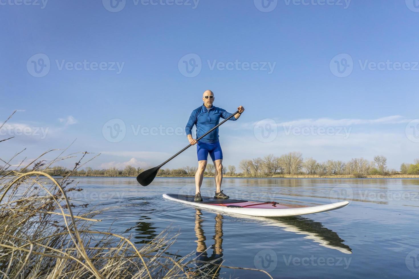 maschio senior sul paddle sup foto
