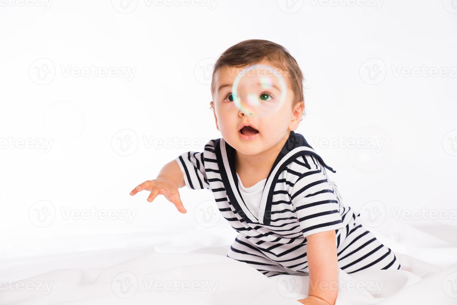 ritratto in studio isolato sfondo bianco adorabile bambino bambino giocando foto