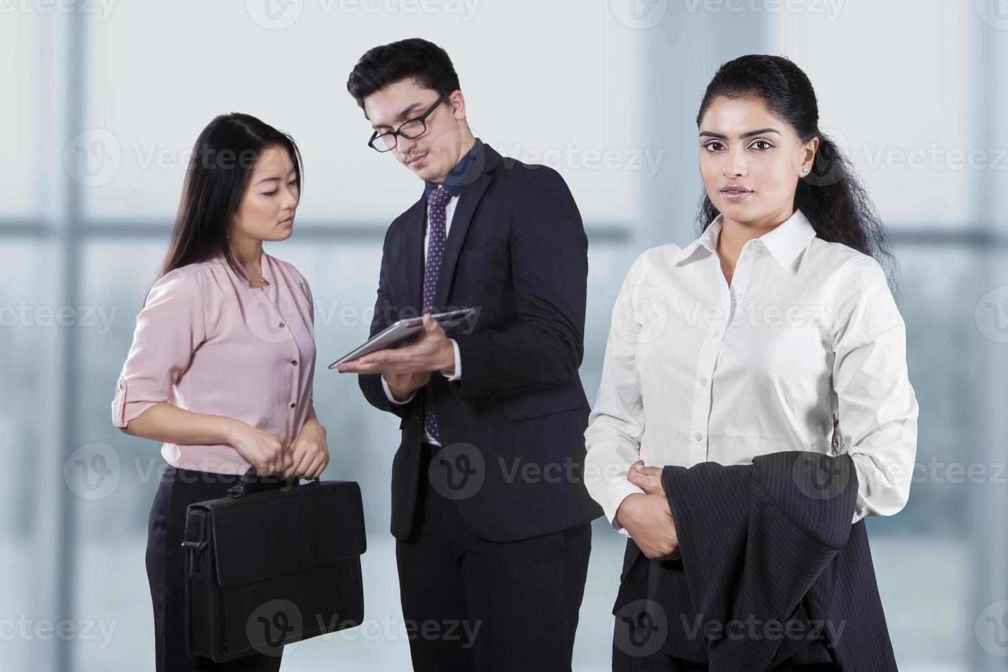 imprenditrice fiduciosa con i suoi dipendenti foto