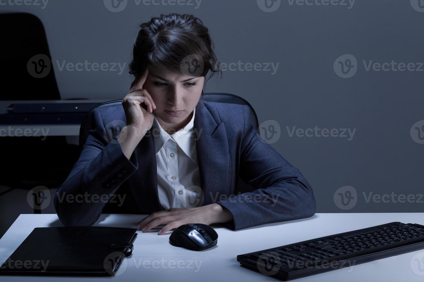 donna premurosa che lavora fuori orario foto