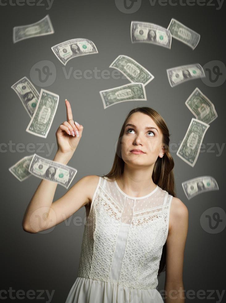 ragazza in bianco e dollari. foto