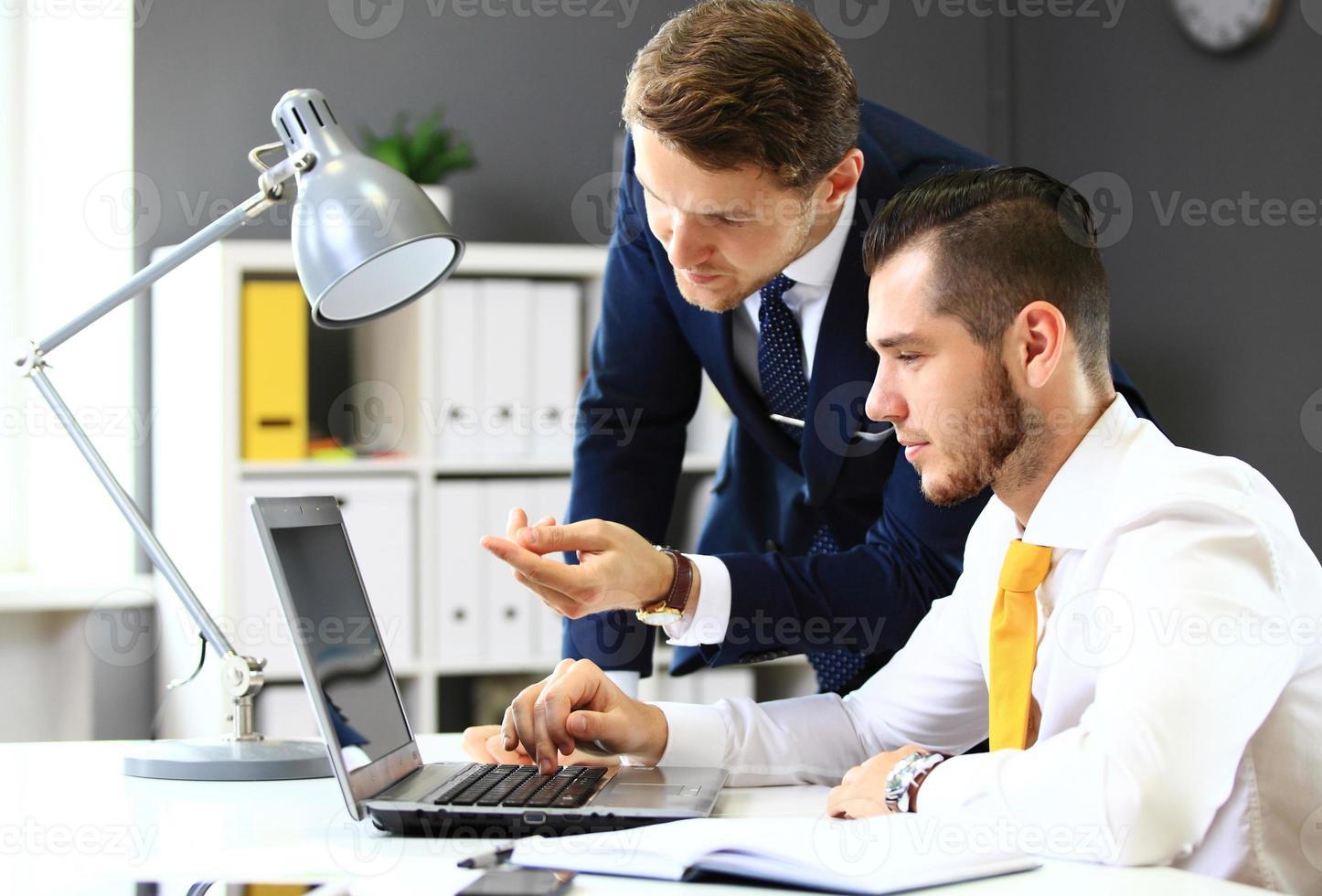 due uomini d'affari fiduciosi in rete in ufficio foto