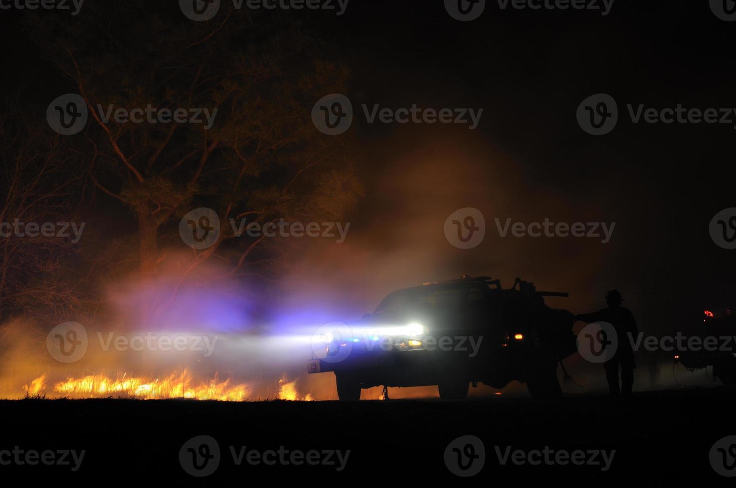 fari brillanti di auto in fiamme foto