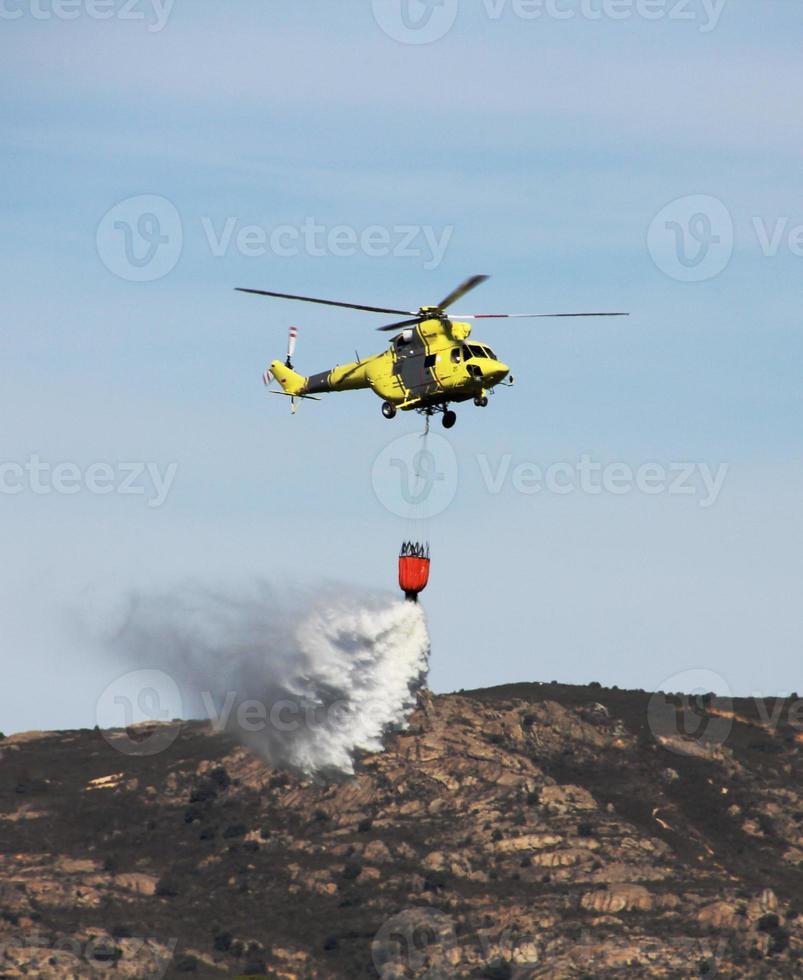 combattimento elicotteri fuoco sulla montagna foto