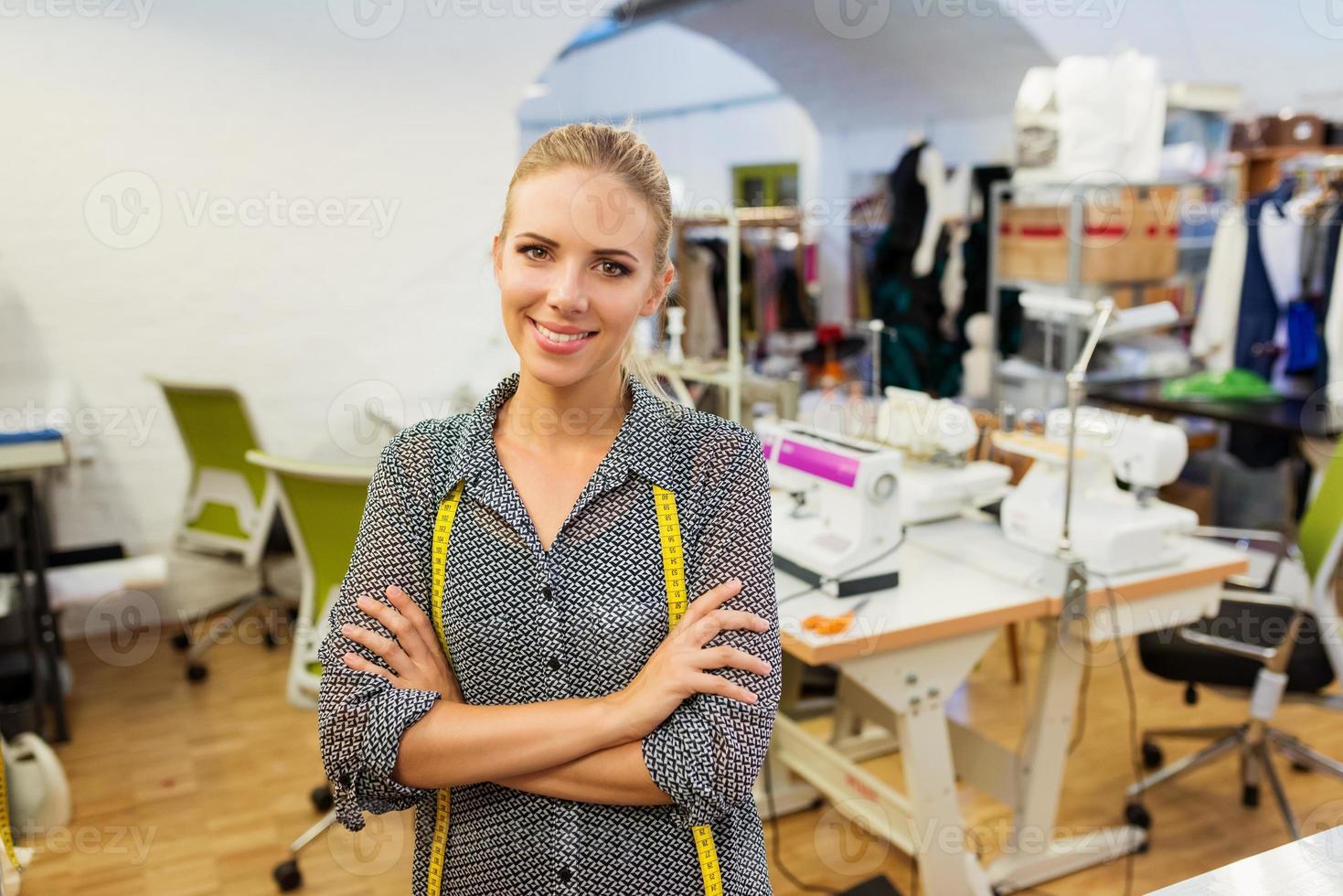 giovane donna che controlla le misure foto