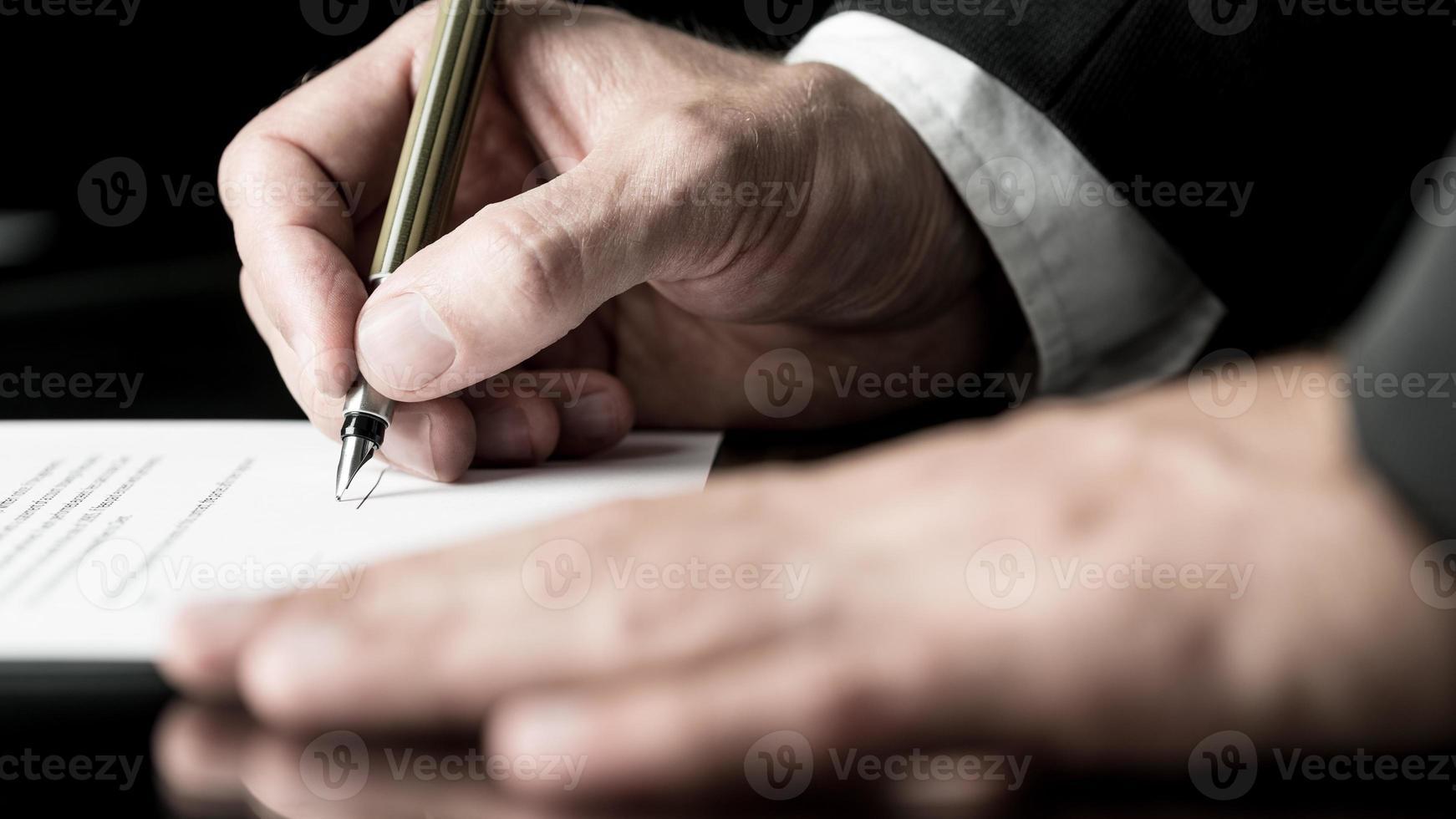 immagine desaturata della firma di un contratto foto