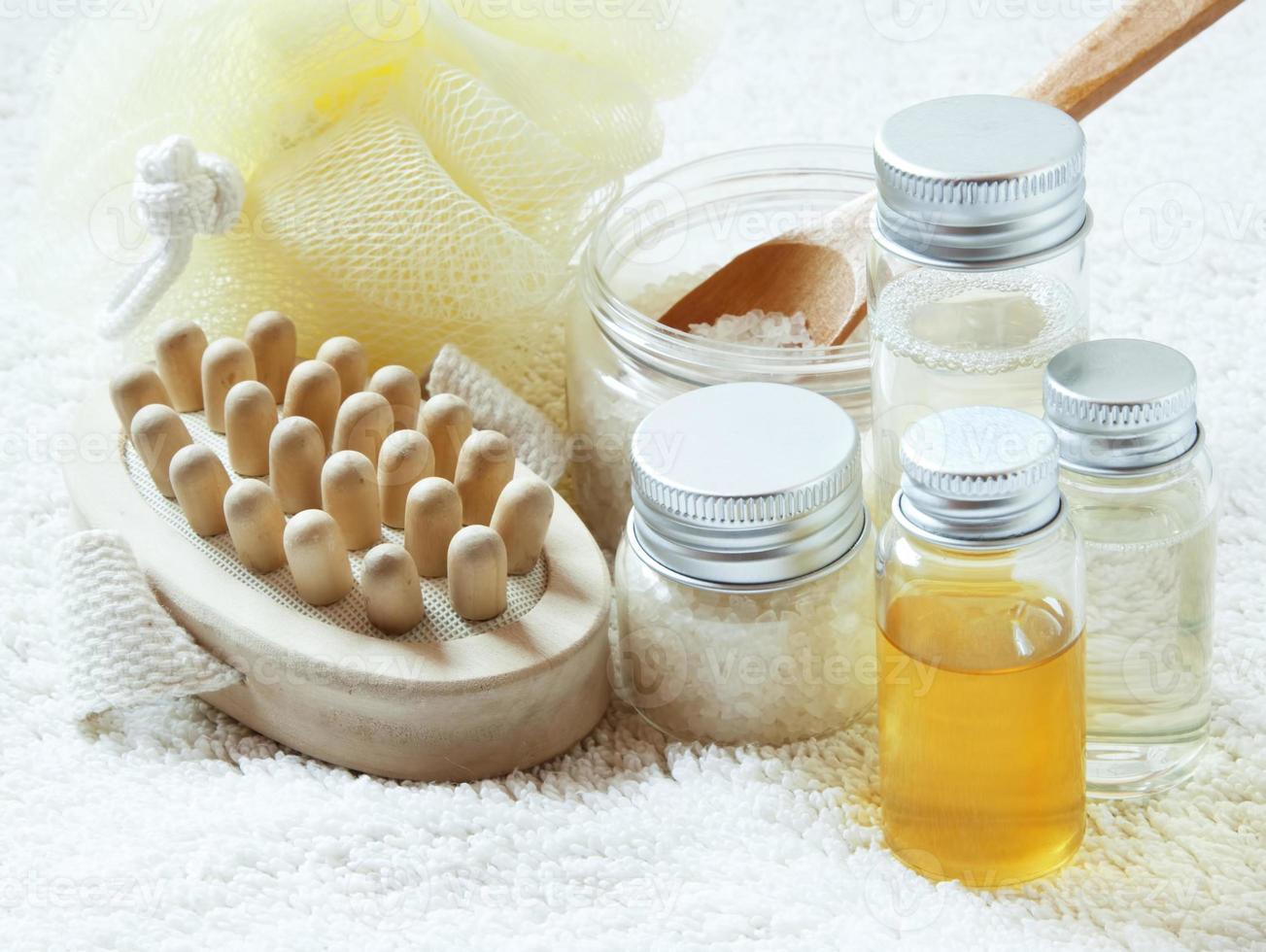 stabilimento termale con bottiglie di olio essenziale foto