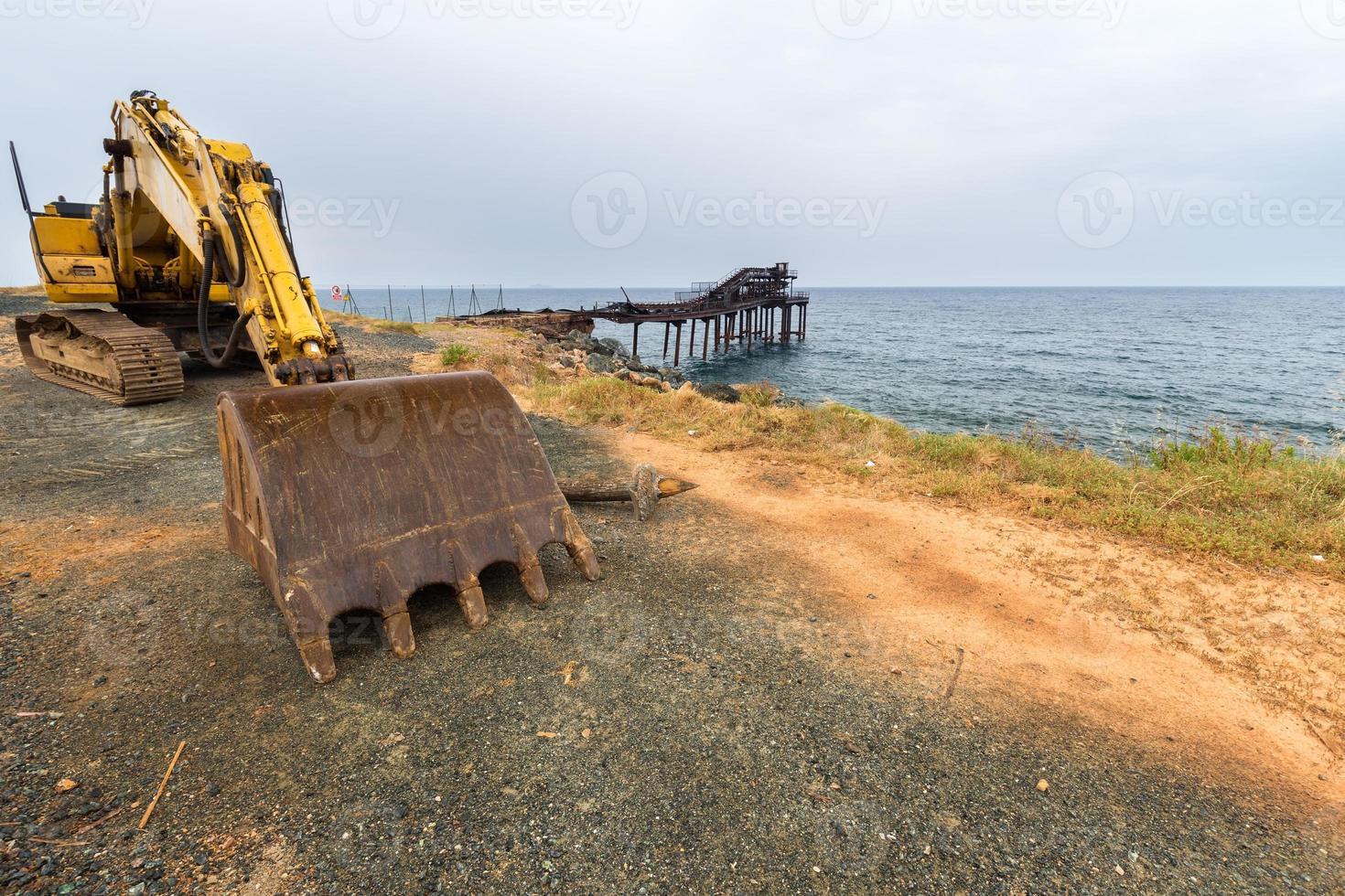 escavatore in piedi sul molo foto