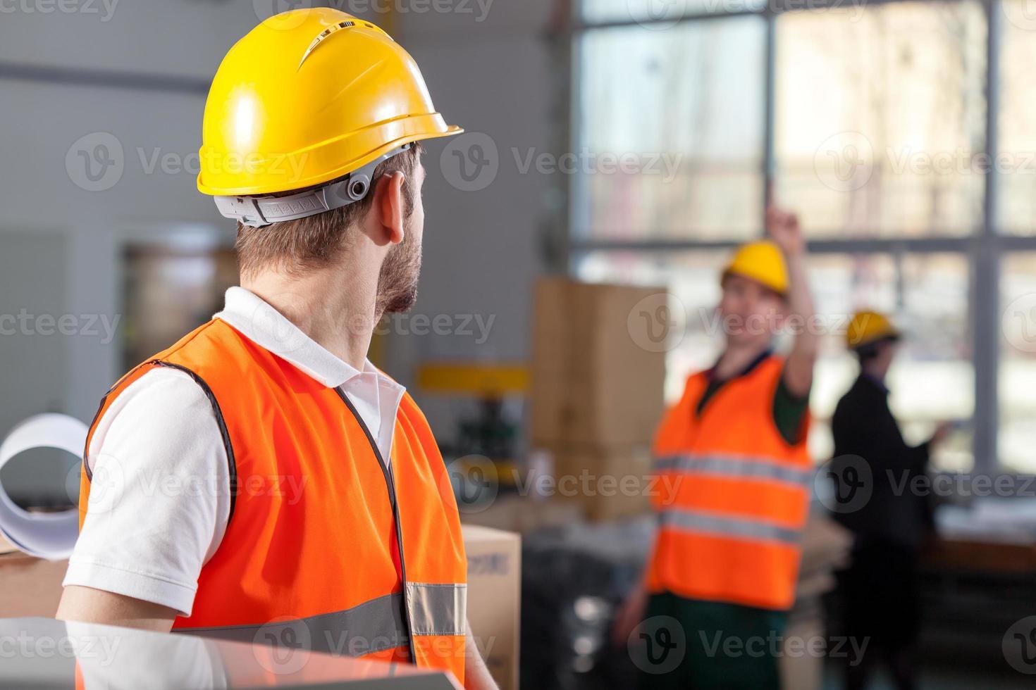 lavoratori durante il lavoro in fabbrica foto