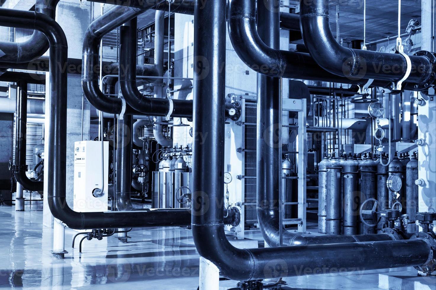 attrezzature all'interno della centrale elettrica industriale foto