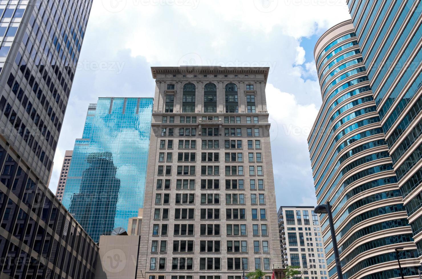 architettura storica e grattacieli di vetro foto