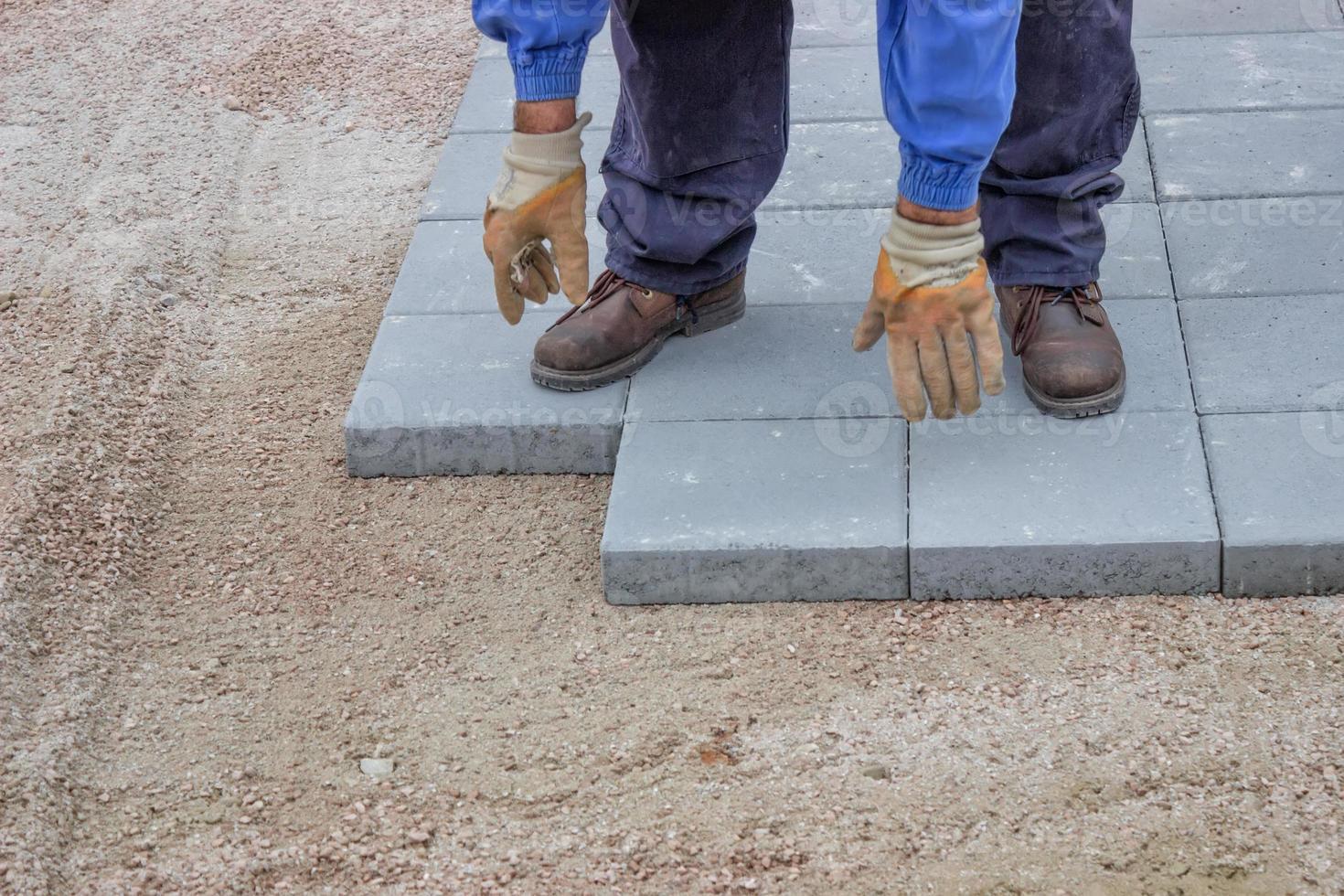 lavoratore che pavimenta nuovo marciapiede 3 foto