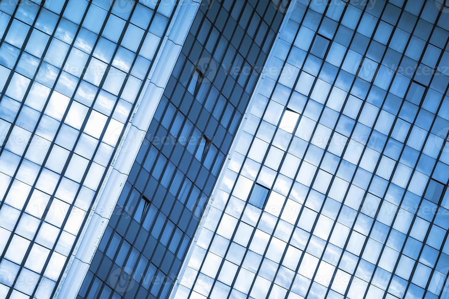 moden ripetitivo delle finestre dell'edificio per uffici di affari foto