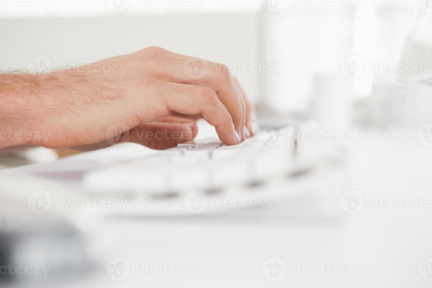 uomo d'affari digitando sulla tastiera del computer foto
