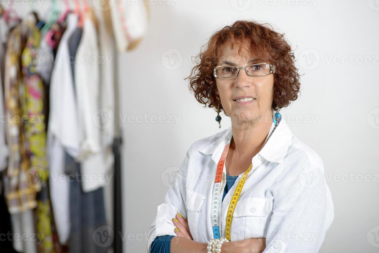 sarta di mezza età che lavora nel suo laboratorio foto