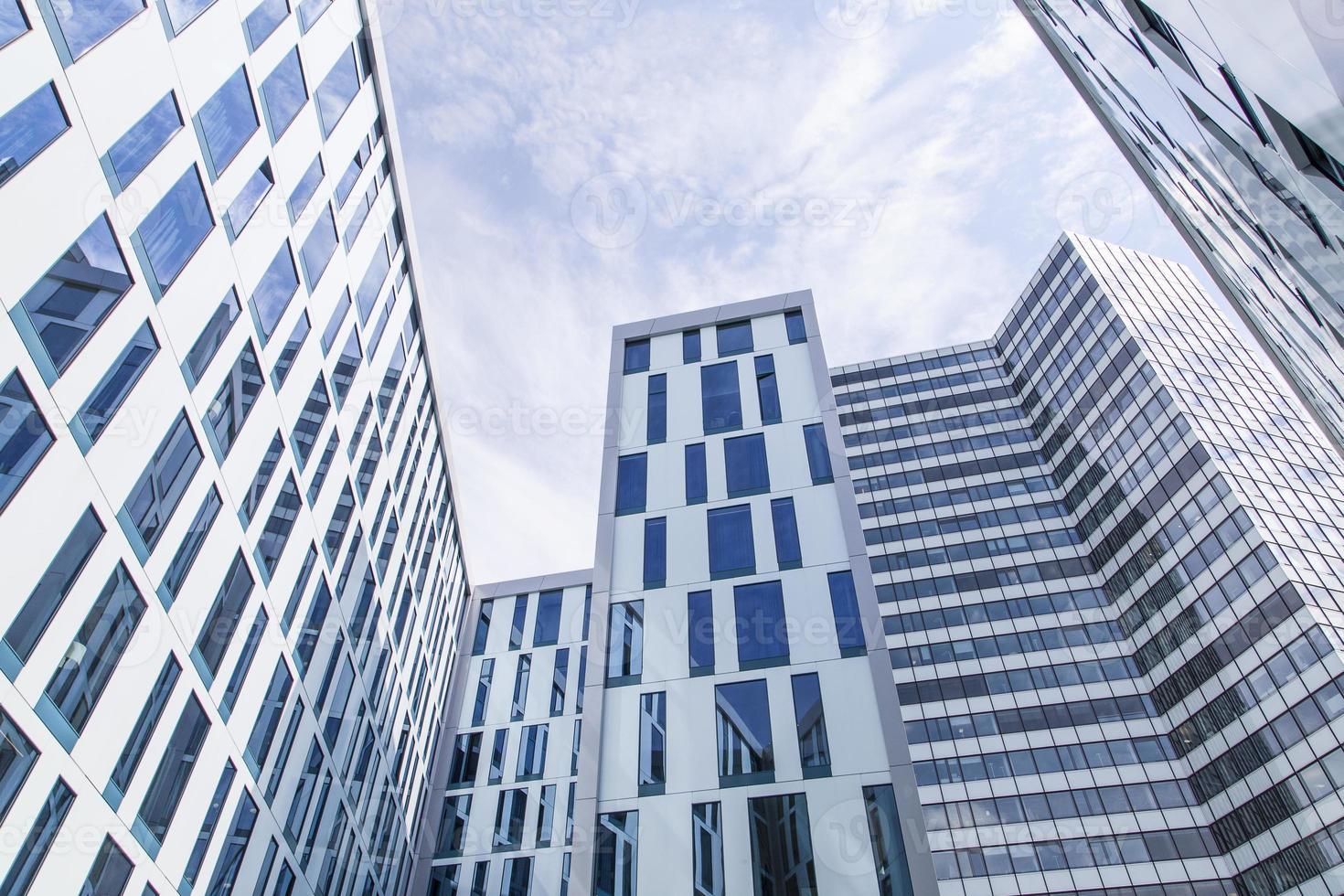 linee astratte della facciata e riflessione di vetro su costruzione moderna foto