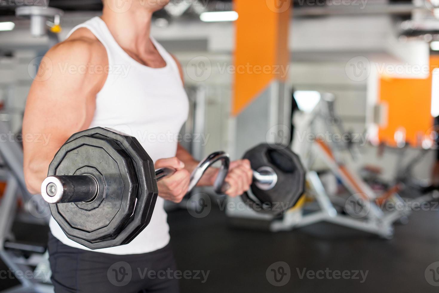 attraente giovane sportivo si sta allenando nel centro fitness foto