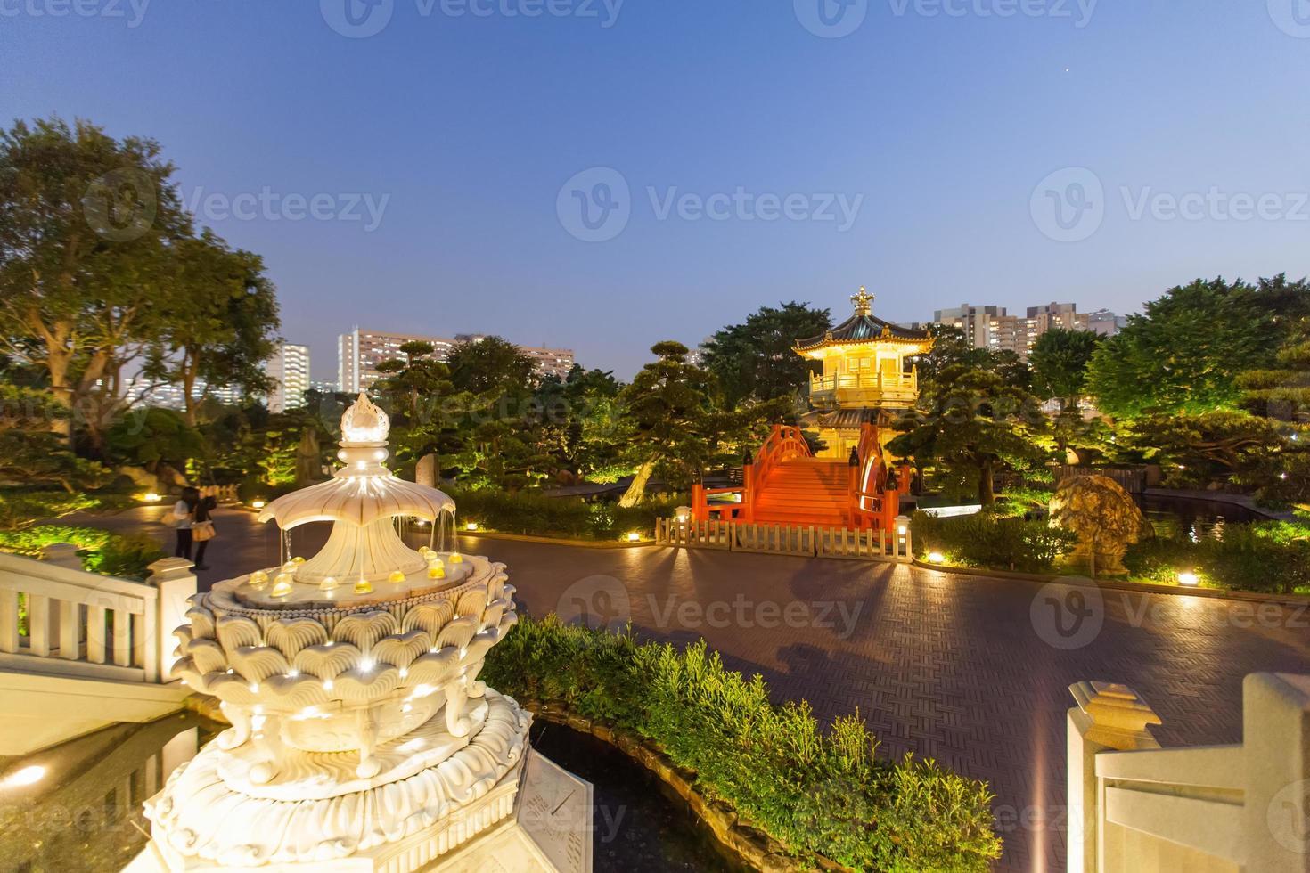 pagoda e ponte rosso in giardino cinese foto