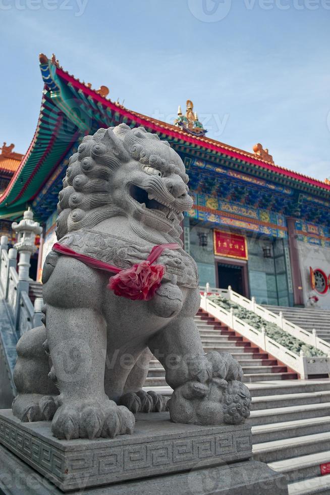 statua del leone custode in tempio cinese, Tailandia foto