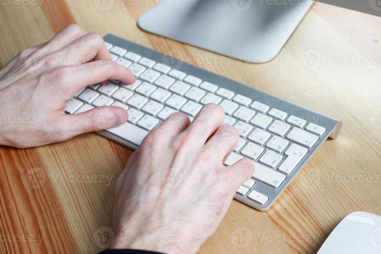 Close up og digitando le mani dell'uomo foto