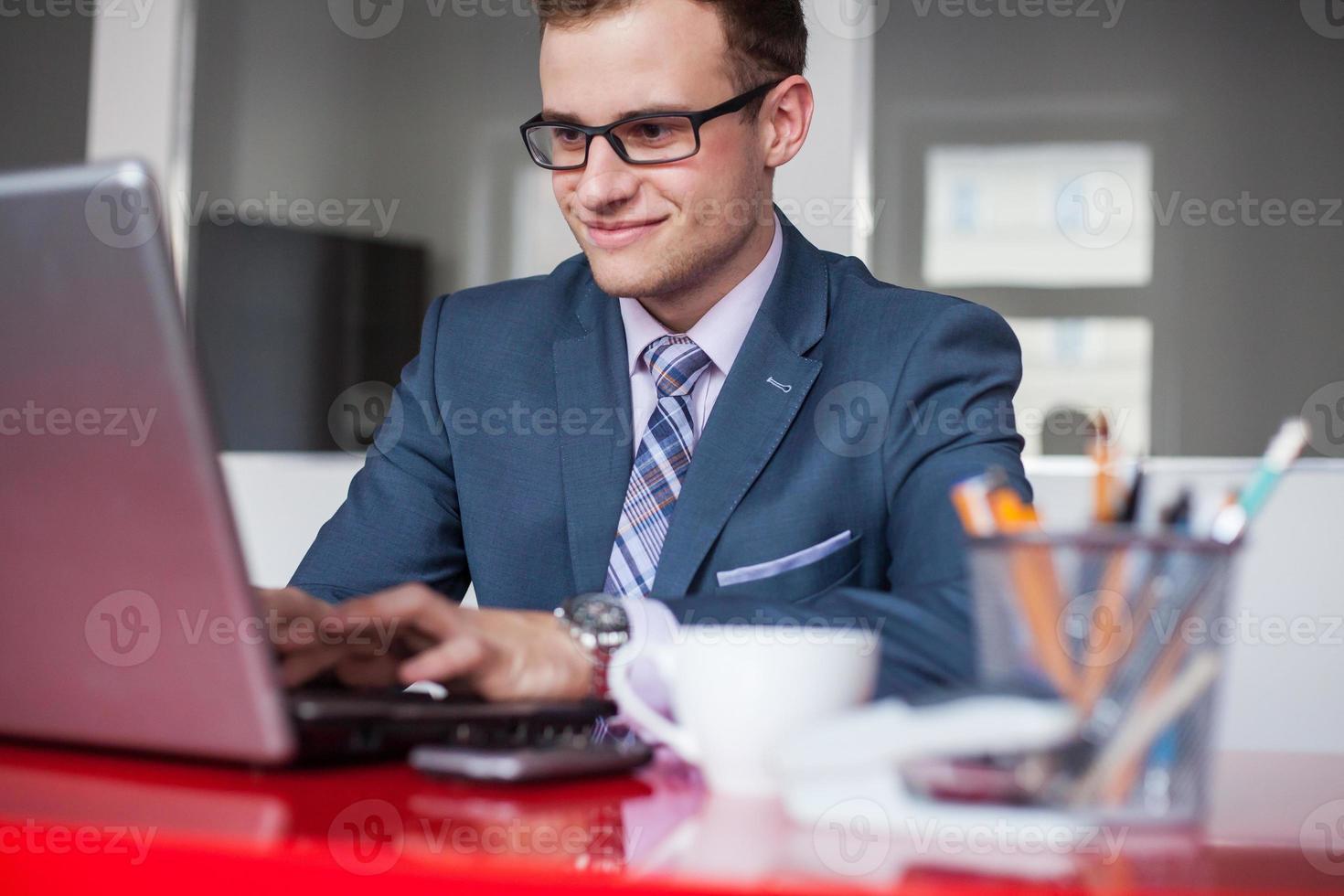giovane imprenditore che lavora in ufficio brillante. foto