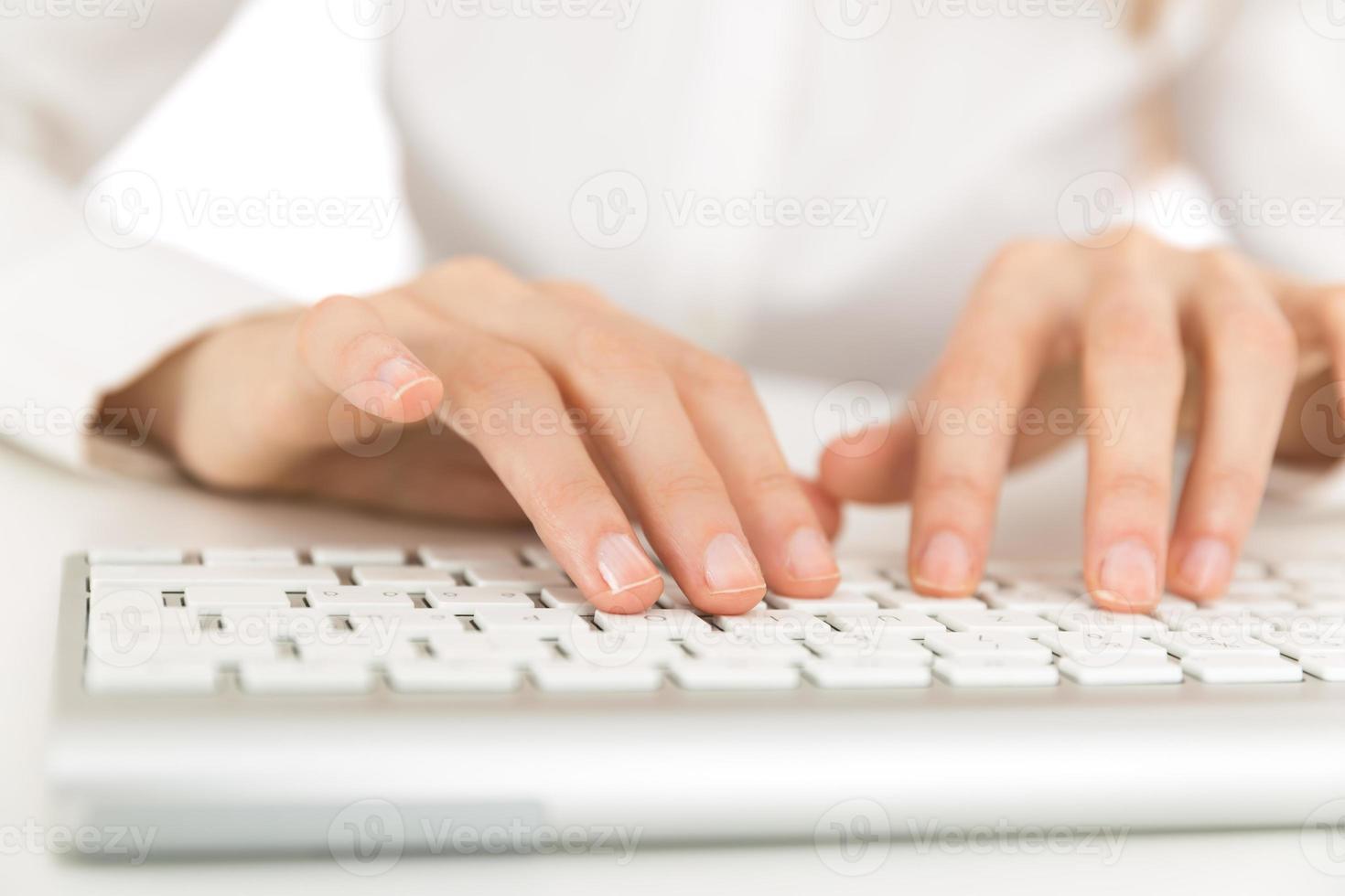 mani sulla tastiera del computer foto