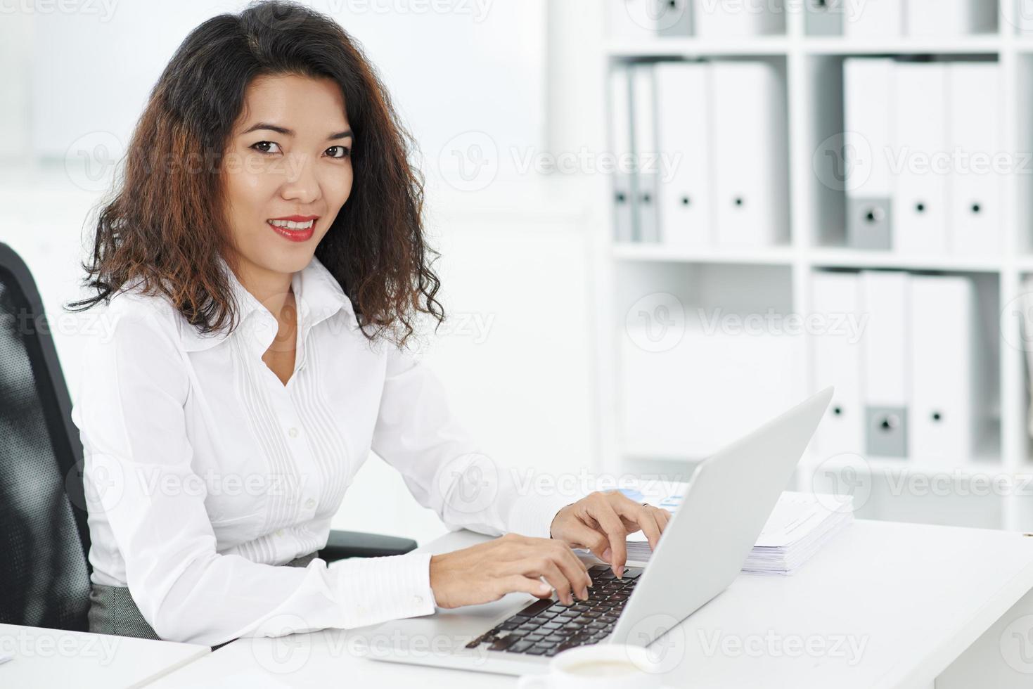 lavorando sul computer foto