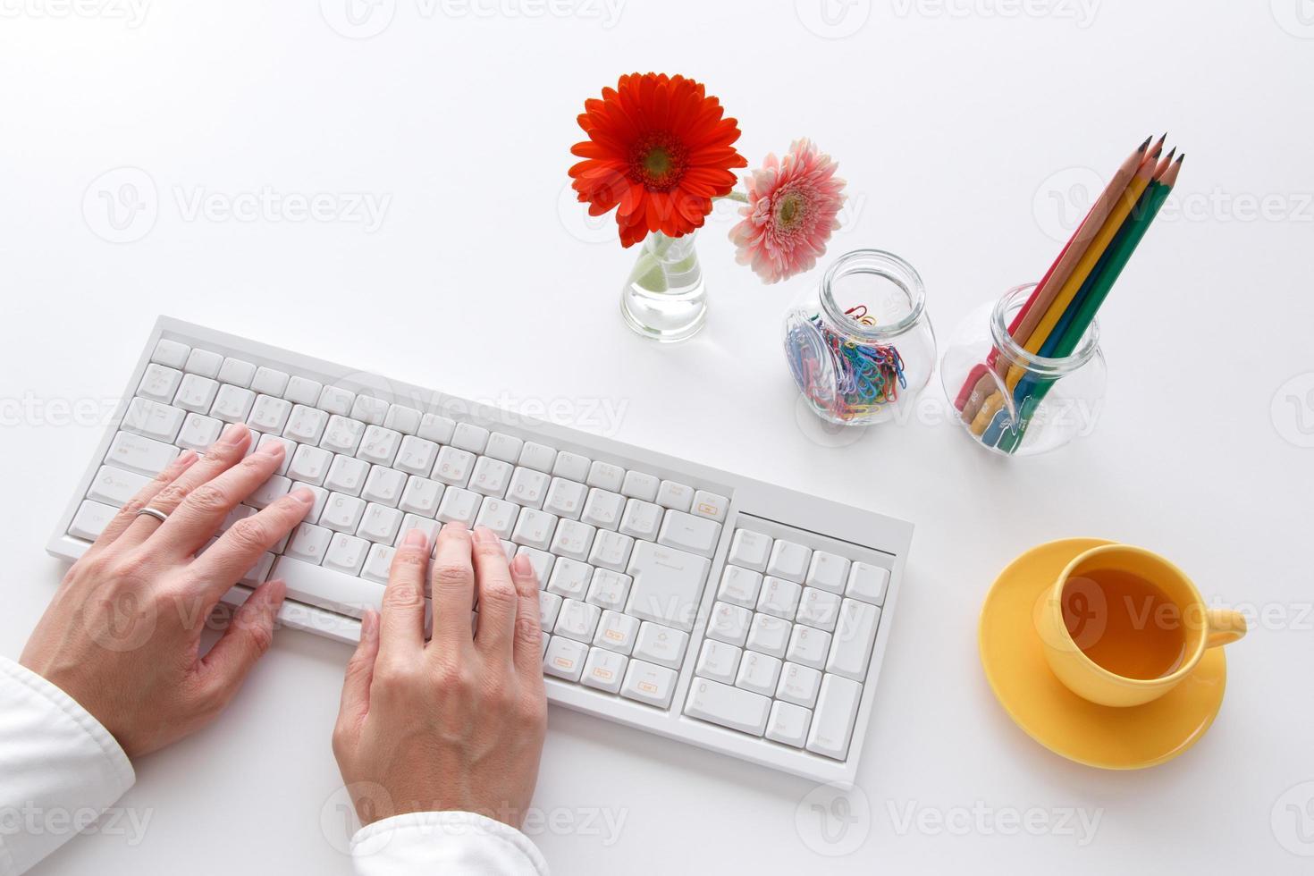 tastiera del computer sulla scrivania foto