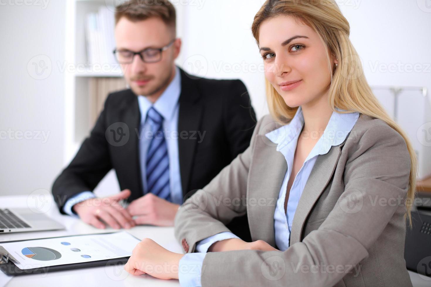 due partner commerciali di successo che lavorano alla riunione in carica foto