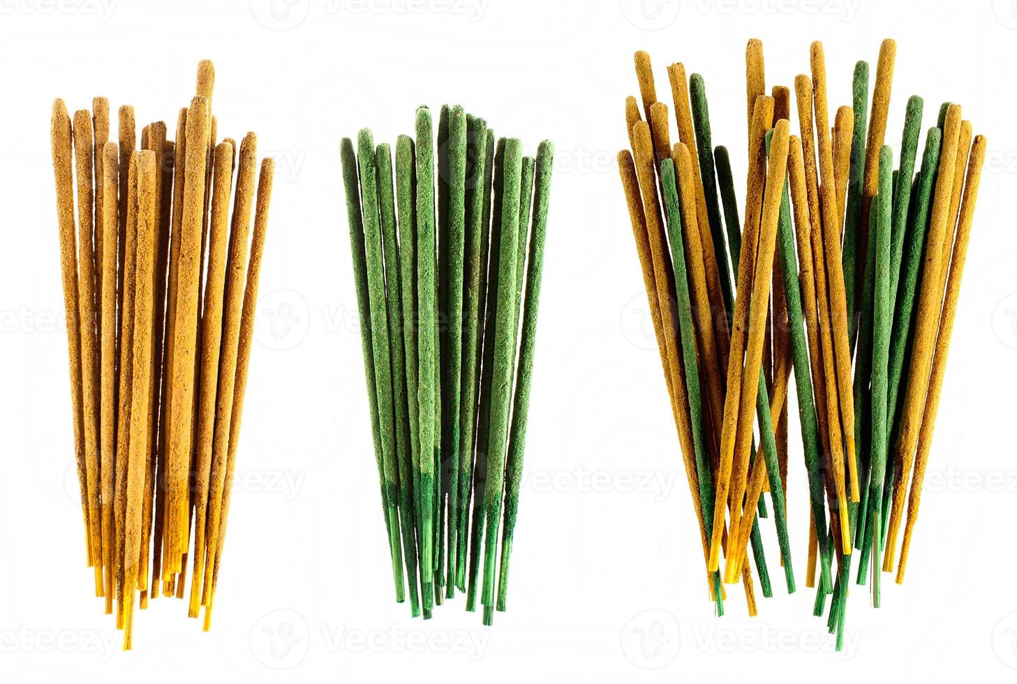 gruppi di bastoncini di incenso giallo e verde su sfondo bianco. foto
