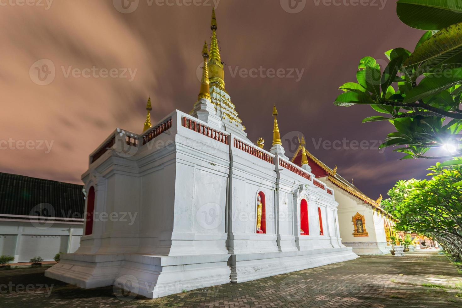 Wat Jed Yod, bellissima pagoda bianca al crepuscolo foto