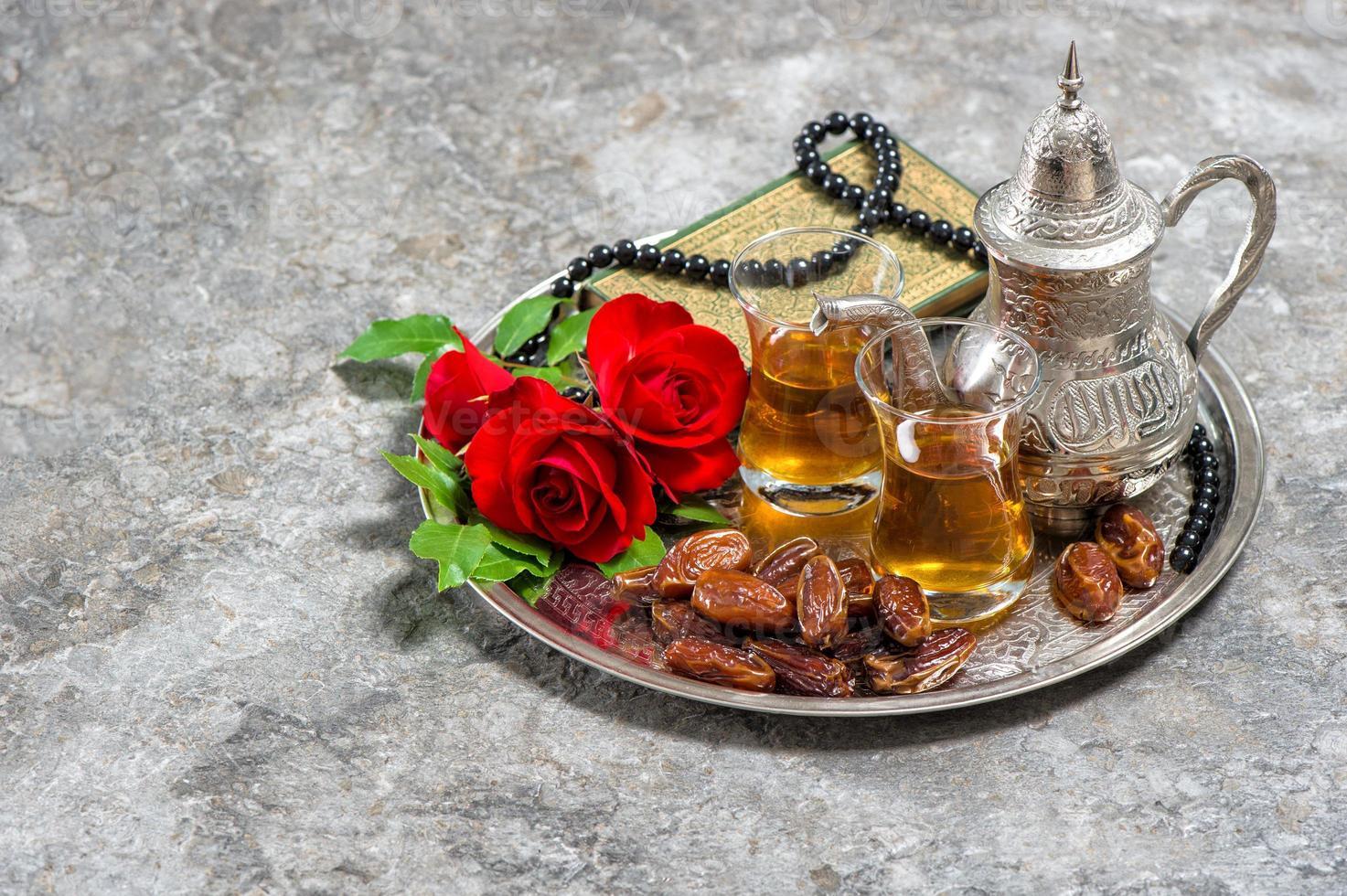 tè, frutti di dattero, fiore di rosa rossa foto
