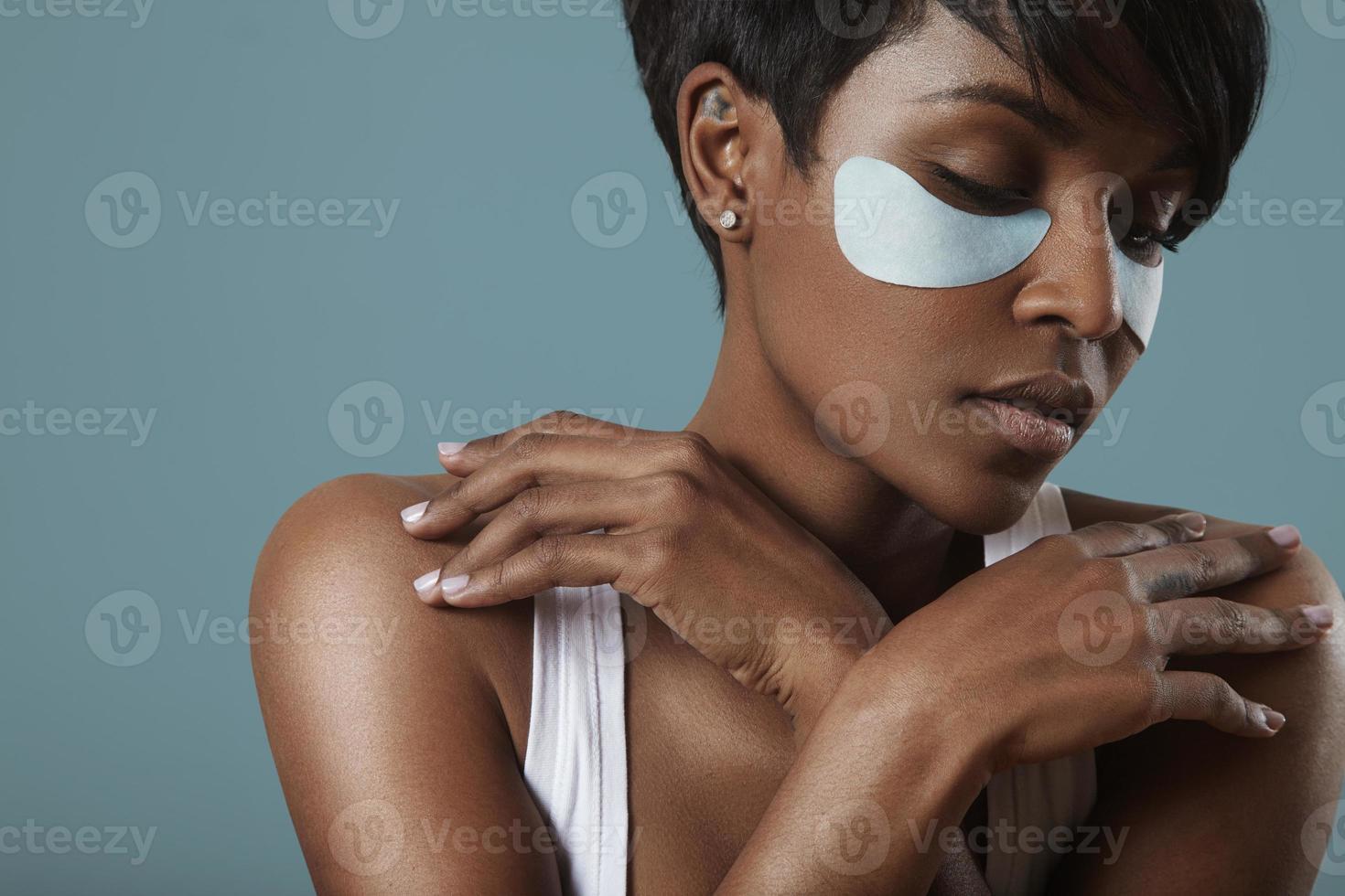 concetto di cura della pelle con una benda sull'occhio foto