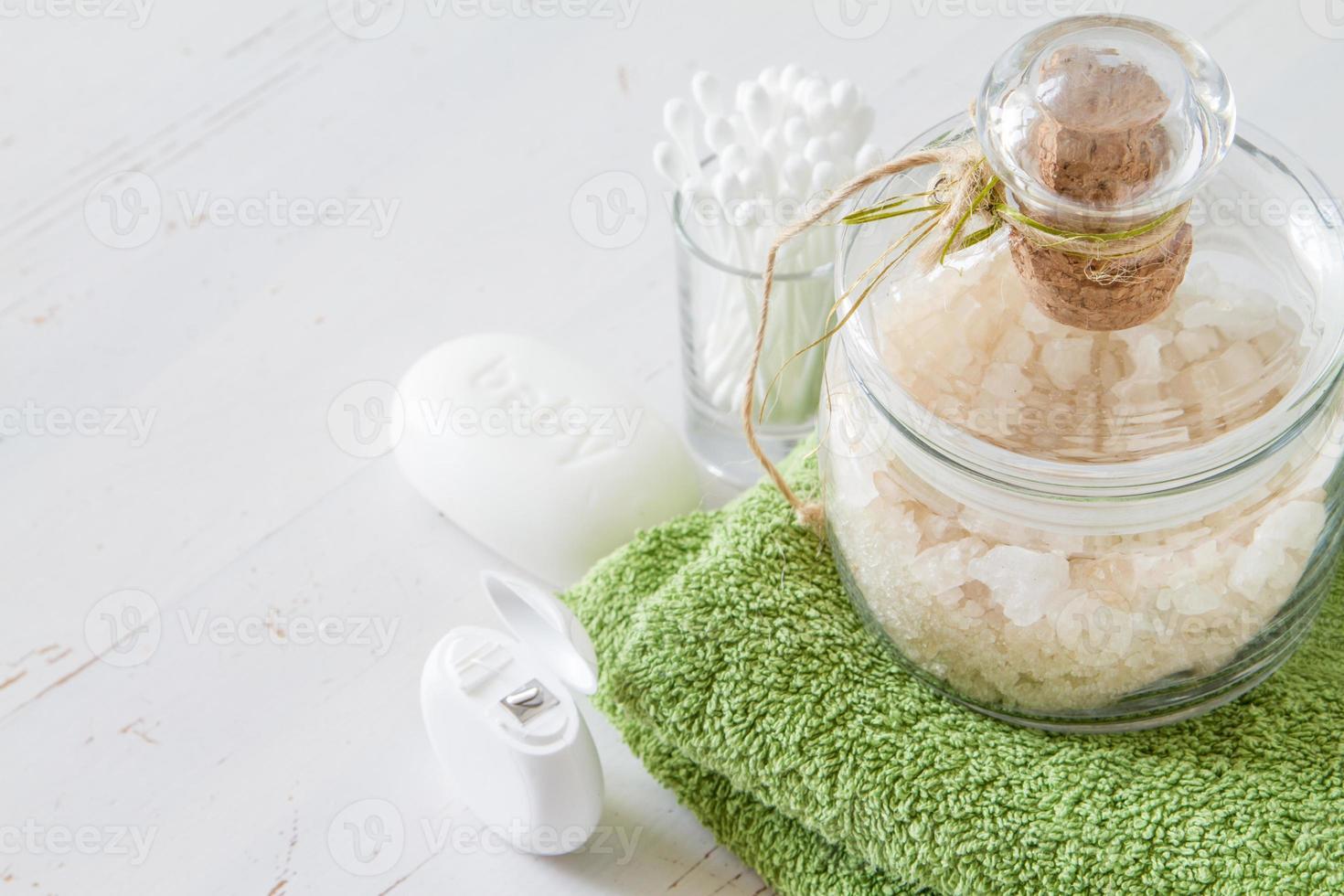 spa - sale e asciugamano, batuffoli di cotone e bastoncini, filo interdentale foto