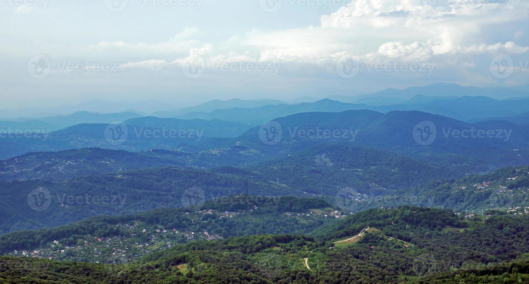 montagne caucasiche boscose foto