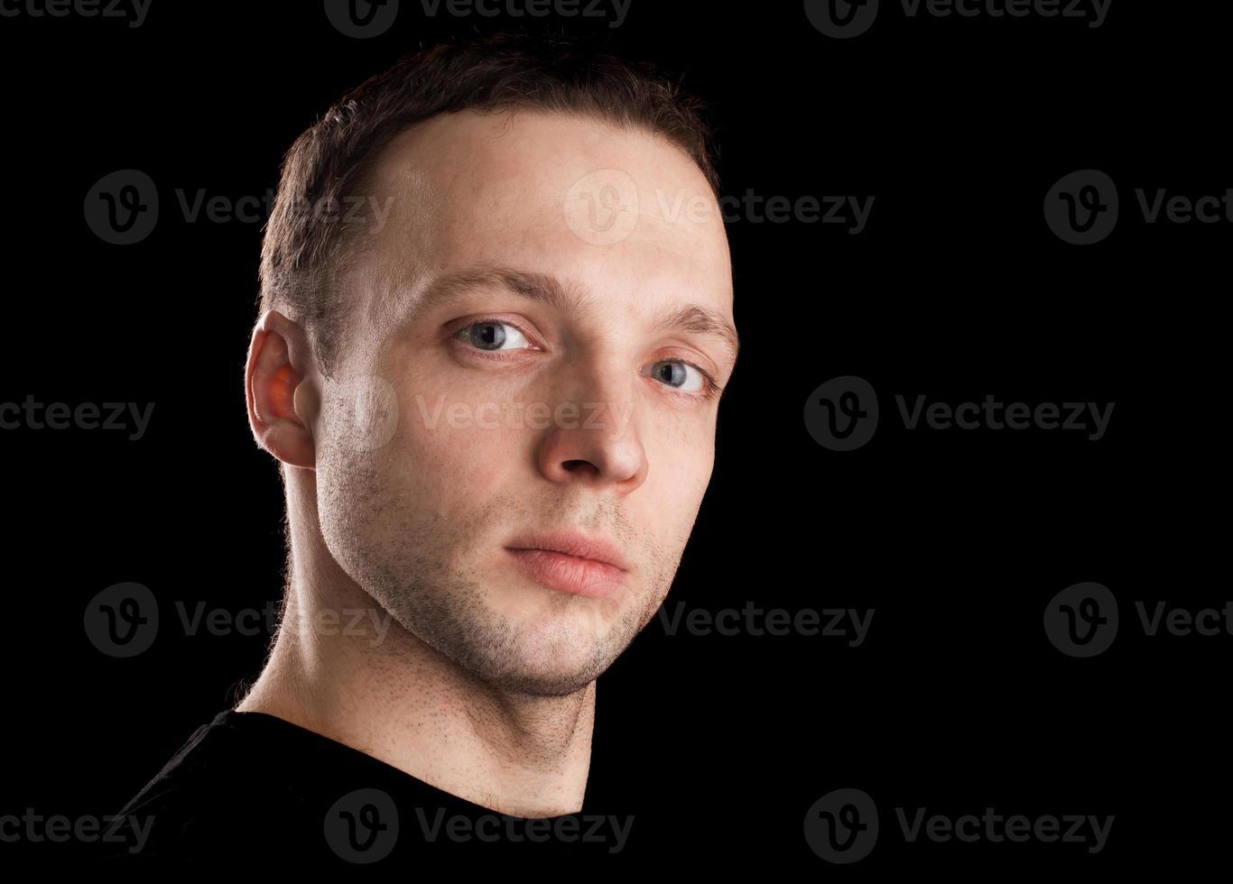 orgoglioso ritratto di giovane uomo caucasico foto